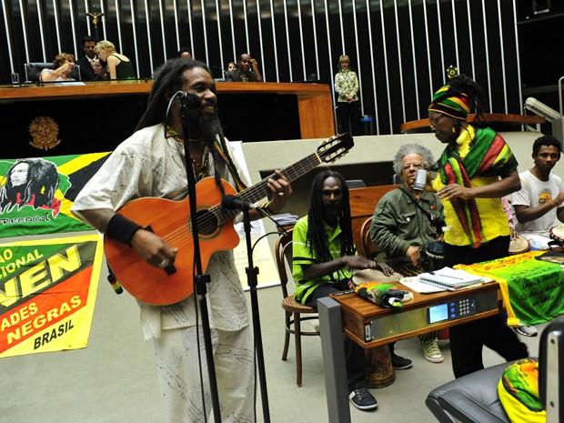O músico Camafeu Tawa toca no plenário da Câmara durante homenagem ao Dia Nacional do Reggae. (Foto:  Zeca Ribeiro/Câmara dos Deputados)