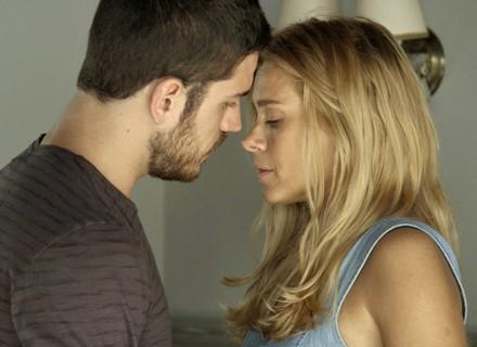 Lara e Dante são flagrados na intimidade