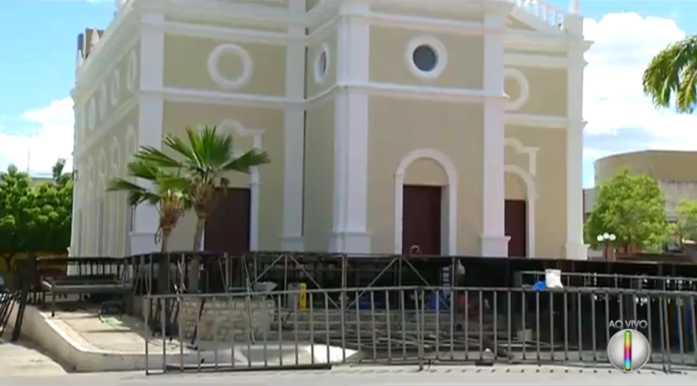 Palco do espetáculo Chuva de Balas no País de Mossoró foi montado em frente à Igreja de São Vicente (Foto: Reprodução/Inter TV Cabugi)