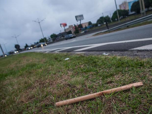 Pedaços de paus podiam ser vistos no local ainda no final do dia, horas após a briga (Foto: Victor Moriyama/G1)