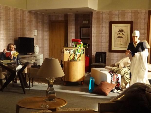 Jéssica é obrigada a arrumar o quarto  (Foto: Salve Jorge/ TV Globo)