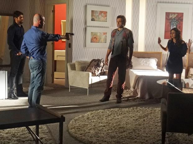 Ninguém sai! Almir não deixa Zyah sair do hotel e Morena se preocupa (Foto: Salve Jorge/TV Globo)