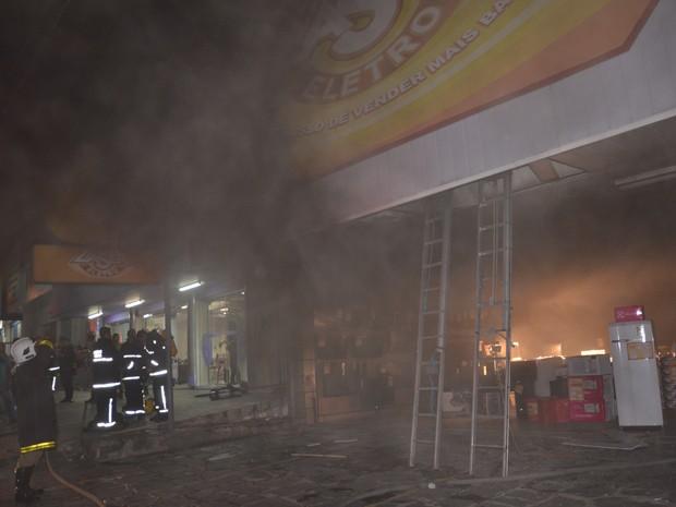 Bombeiros tentam controlar incêndio em uma loja de eletroeletrônicos no Centro de João Pessoa neste sábado (3) (Foto: Walter Paparazzo/G1)