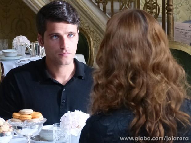 Franz chama Sílvia para conversa definitiva sobre o divórcio (Foto: Joia Rara/TV Globo)