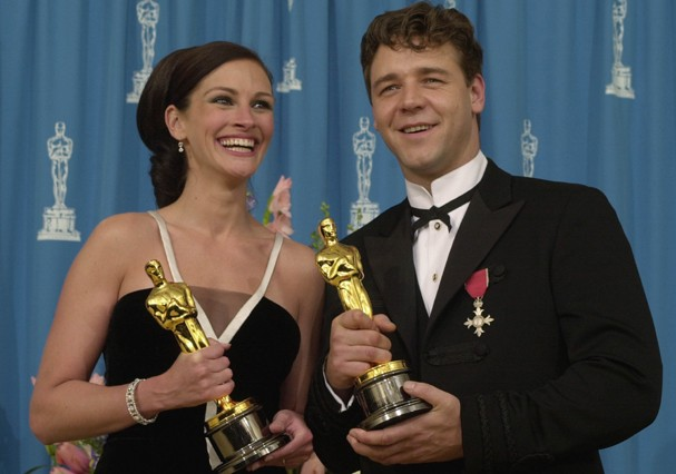 386900 151: Best Actress winner Julia Roberts and Best Actor winner Russell Crowe pose for photographers during the 73rd Annual Academy Awards March 25, 2001 at the Shrine Auditorium in Los Angeles. Crowe is wearing an Armani suit. Roberts is wearing a Va (Foto: Getty Images)