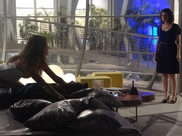Lara cogita reconciliação, mas pega marido no flagra (Foto: Geração Brasil/TV Globo)