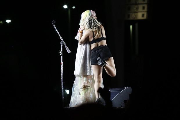 Fã  que subiu no palco no show de Katy Perry no Rock in Rio (Foto: Reprodução / Twitter)
