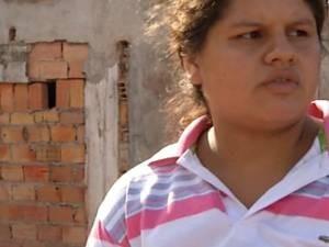 A dona de casa Kátia Fonseca, que jogou a filha pela janela para salvá-la do desabamento (Foto: Reprodução/ TV Liberal)