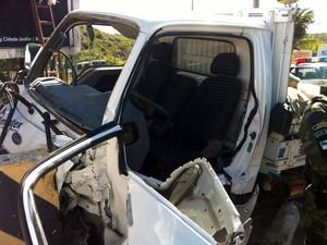 Porta da camionete foi removida para o motorista sair do veículo (Foto: Jocaff Souza/G1)