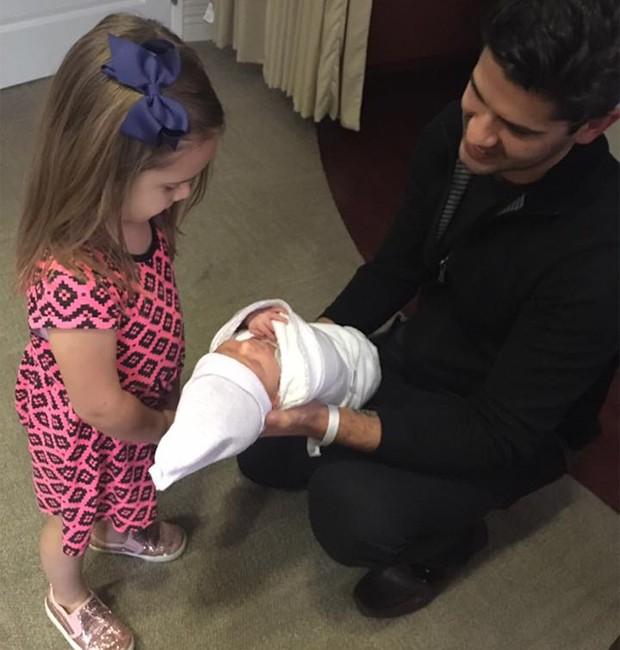 Yuri Xavier com as filhas Juliana e Chloé (Foto: Reprodução/Facebook)