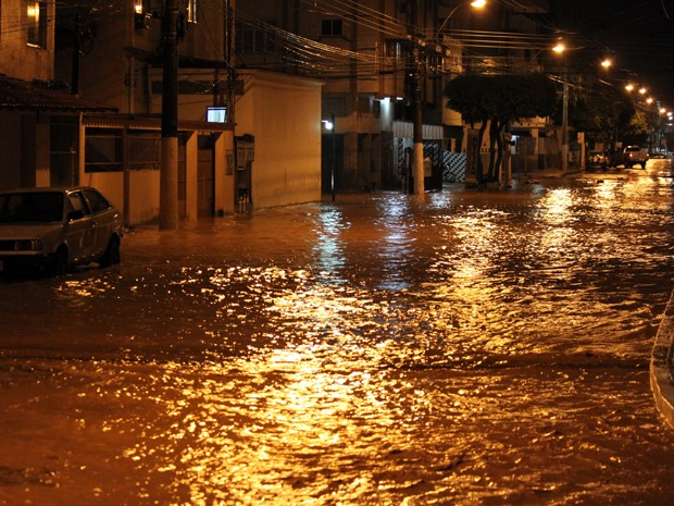 Em menos de 10 minutos, chuva alagou rua em bairro de Vila Velha. (Foto: Igor Vasconcellos / VC no G1 ES)