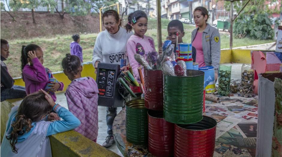 Uma das atividades da Oficina da Sustentabilidade é a brincadeira com latinhas musicais para as crianças  (Foto: Divulgação)