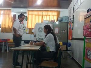 Dia de votação em Vilhena: Candidato Eduardo Japonês (PV) votou às 9h na Escola Municipal Marizeti Mendes de Oliveira acompanhado da família e de assessores (Foto: Aline Lopes/G1)