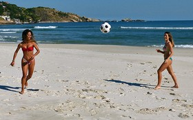 Quanta energia! Fernanda Pontes e Cinara Leal jogam bola nos bastidores de 'Flor'