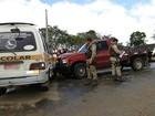 Caminhonete bate em van que transportava estudantes na Bahia