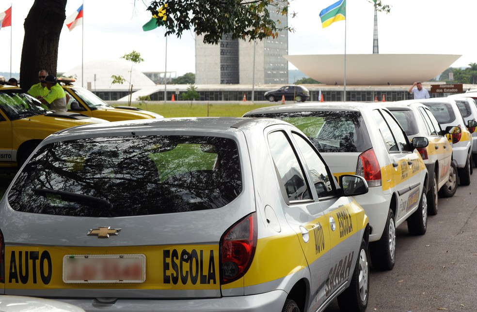 Carros de autoescolas do DF participam de protesto na Esplanada dos Ministérios, em Brasília  (Foto: Lúcio Bernardo Jr/ Câmara dos Deputados)