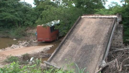 Duas pontes caem e prejudicam acesso de 400 famílias na Bahia