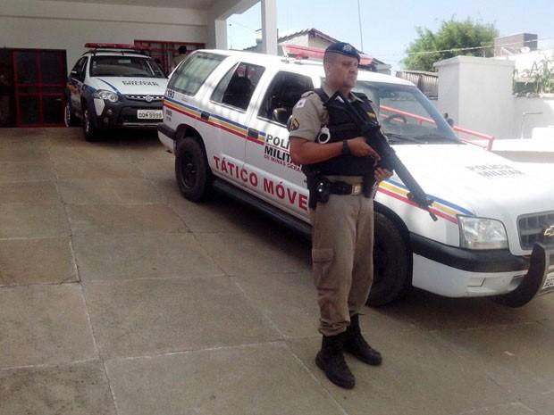 PM faz esquema de segurança em frente a hospital onde suspeito baleado foi atendido em Andradas (Foto: Marcelo Rodrigues / EPTV)