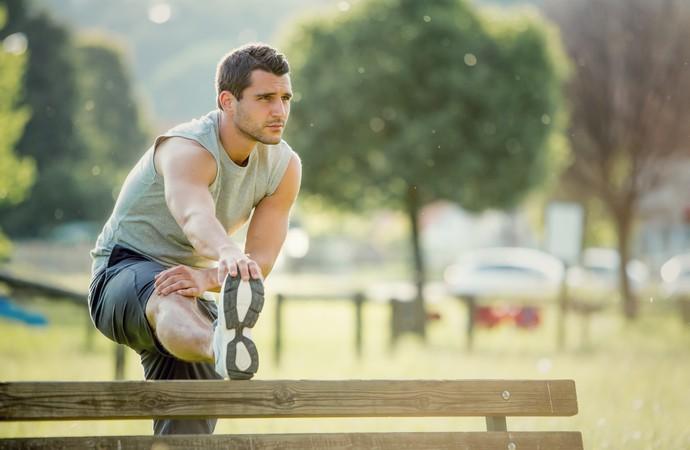 homem alongando eu atleta (Foto: Getty Images)