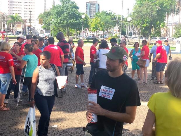Grupo faz ato contra impeachment de Dilma Roussef em Piracicaba (Foto: Claudia Assencio/ G1)
