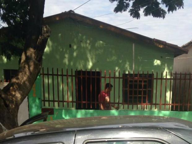 Homem de 27 anos foi flagrado com 80 papelotes de cocaína em casa (Foto: Polícia Civil/Divulgação)