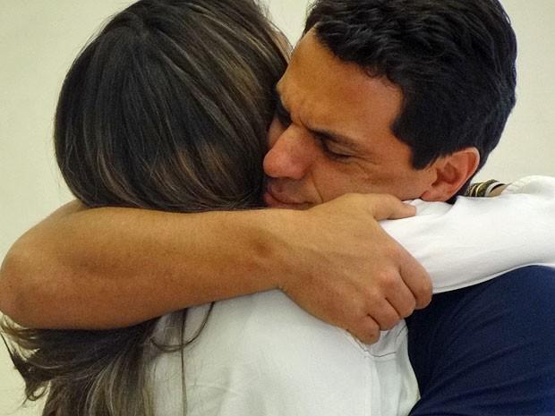 Théo dá aquele abraço em Morena após ela dizer o sim (Foto: Salve Jorge/TV Globo)