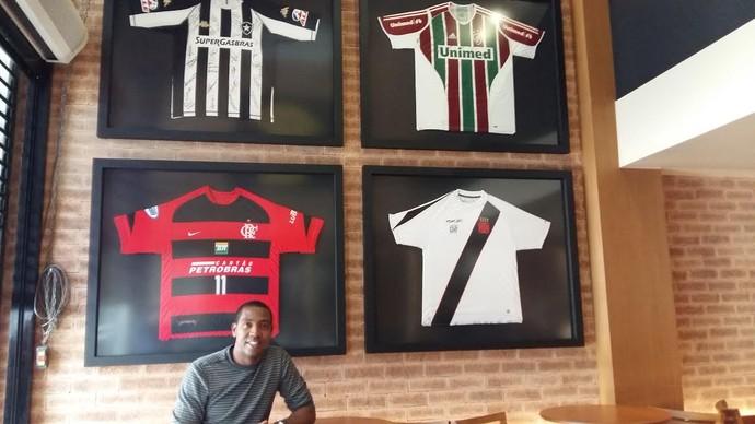 Renato Abreu e camisas pizzaria (Foto: Patricia Esteves)