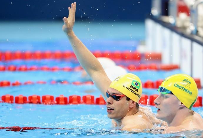 Descrição da imagem: Phelipe Rodrigues comemora  dentro da piscina a medalha de prata nos 50m S10 (Foto: Friedemann Vogel/Getty Images)