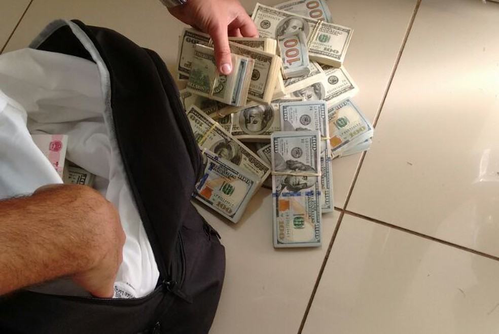 Homens foram flagrados com 205 mil dóalres furtados (Foto: Divulgação/PM Rodoviária)
