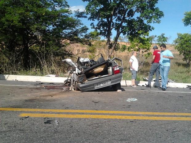 Carro com placa de Várzea da Palma se envolveu no acidente (Foto: Maria Fernanda Ruas/Inter TV)