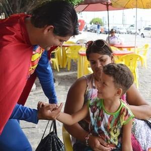 Fantasiado o ano inteiro, Superman garante renda e arrecada sorrisos (Marina Fontenele/G1)