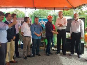 Inauguração da Ecobarreira no Arroio Dilúvio, para impedir que resíduos flutuantes cheguem ao Guaíba (Foto: Prefeitura de Porto Alegre/Divulgação)