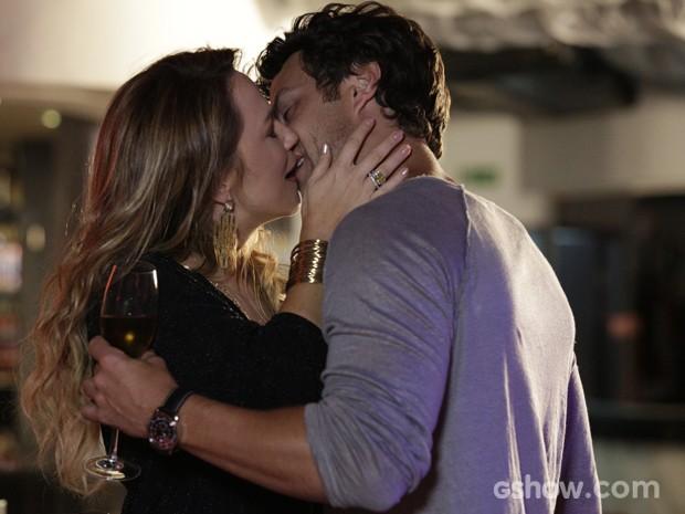 Shirley tasca beijão em Laerte (Foto: Fábio Rocha / TV Globo)