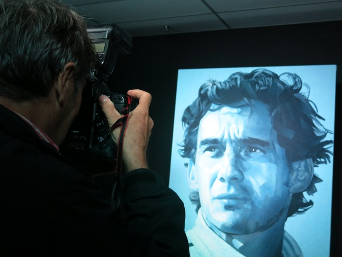 Jean-François Galeron fotorafa a obra de arte feita a partir de sua prória foto tirada de Ayrton Senna (Foto: Felipe Siqueira)