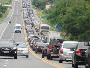 Trânsito ruim na Via Lagos (Foto: Rodrigo Antunes Fanaia/VC no G1)