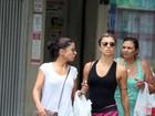 De shortinho, Grazi Massafera passeia com Anna Lima no Rio