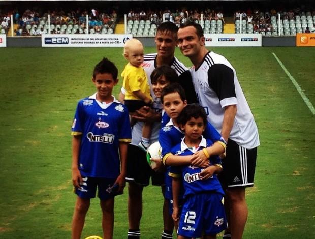 Falcão, Neymar e os filhos na Vila Belmiro amistoso beneficente (Foto: Reprodução/Facebook)
