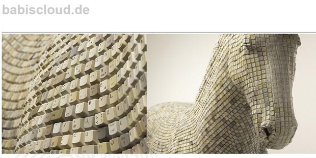 Escultura foi montada com 18 mil teclas de computador recicladas. (Foto: Reprodução/Babis Pangiotidis)