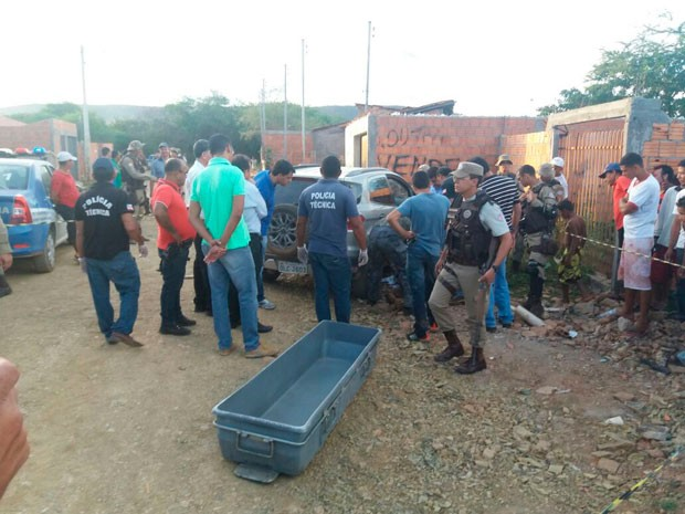 Segundo carro roubado foi localizado em bairro periférico de Barreiras com detento morto (Foto: Jadiel Luiz/Blog do Sigi Vilares)