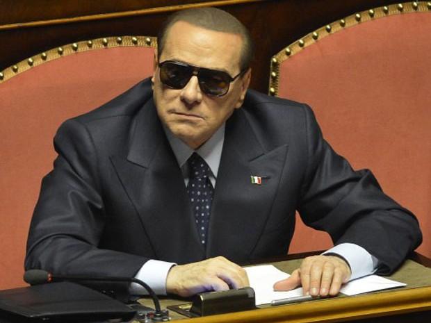 O ex-primeiro-ministro Silvio Berlusconi ajusta óculos de sol no interior do senado italiano (Foto: Alberto Lingria/AFP)