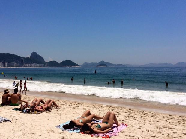 Sol e calor levam banhistas às praias do Rio neste sábado (Foto: Lívia Torres / G1)