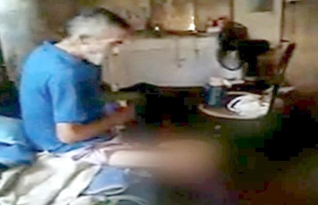 Idoso é encontrado com pernas feridas e cheias de insetos em Anápolis, Goiás 2 (Foto: Reprodução/TV Anhanguera)