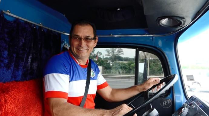 Valdecir Caetano é apaixonado por futebol, mas a paixão pelo caminhão é maior (Foto: reprodução EPTV)