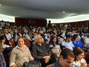 Professores e estudantes lotaram o auditório do Espaço Ciência (Foto: Katherine Coutinho/G1)