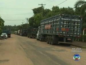 Caminhões aguardam há quatro dias para carregar botijões de gás (Foto: Reprodução/TV TEM)