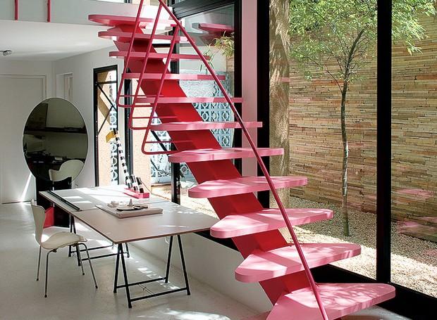 Sem medo de errar, o arquiteto italiano Luciano Deviá aplicou o cor-de-rosa na escada de sua casa-estúdio. Ela é o único ponto vibrante no ambiente, marcado por elementos neutros como o piso de concreto lixado e o muro de canjiquinha (Foto: Brando Cimarosti/Casa e Jardim)