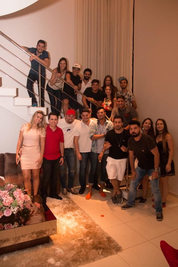 Blener Maycon com os atuais integrantes de sua oficina musical (Foto: Evandro José/EGO)