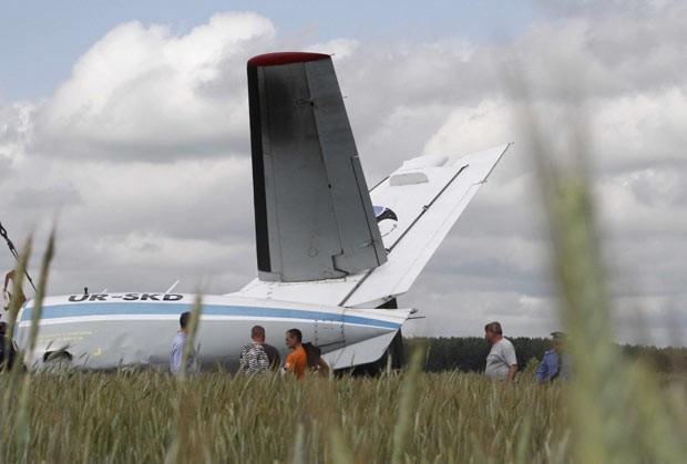 Destroços do avião acidentado neste domingo (10) próximo a Kiev, na Ucrânia (Foto: Anatolii Stepanov/Reuters)