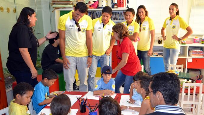 Jogadores de vôlei de praia visitam crianças com câncer e se emocionam, em Natal (Foto: Jocaff Souza)