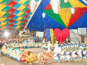 Grupo fez coreografia com coração na Pirâmide do Parque do Povo (Foto: Taiguara Rangel/G1)
